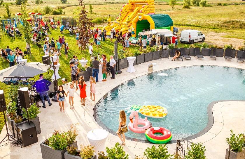Eveniment la piscina exterioară Clubhouse în Westfield Arad.